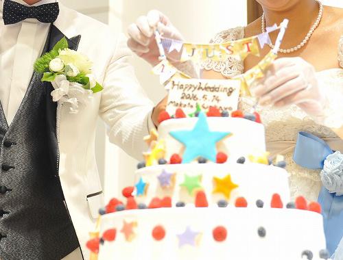 ウエディングケーキを完成させる演出 写真